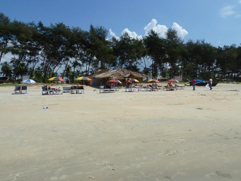 Varca Beach (Goa), 1 Strandhuette und ein paar Liegen...