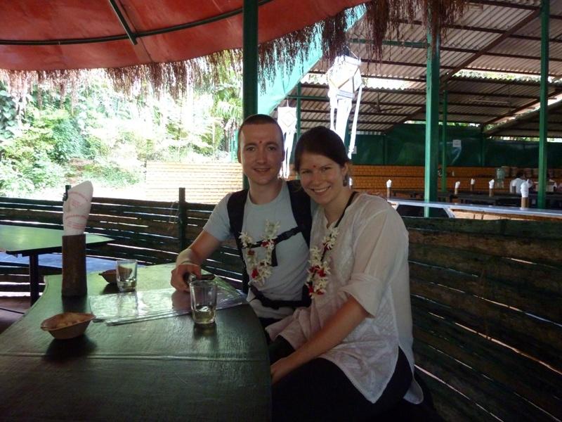 Wir, beim Start der Fuehrung durch die Spice Farm, Naehe Ponda (Goa)