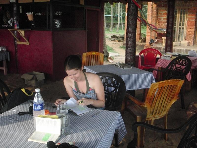 Julia ist auch beim relaxen fleissig und plant im Reisefuehrer :)