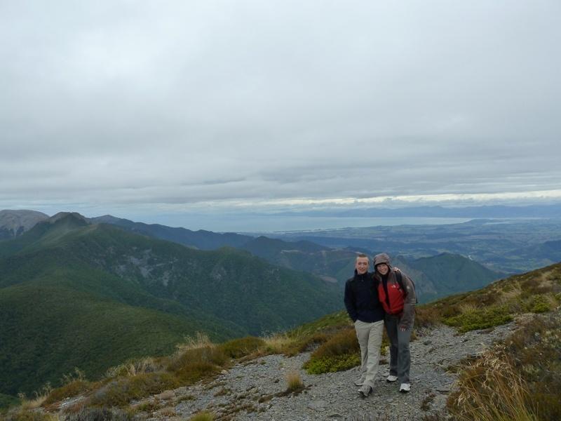 ...am Gipfel des Lodgestone auf ueber 1.400m! (ganz hinten sieht man schon das Meer :-))