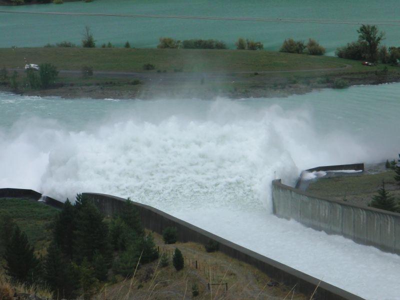die Wassermassen beim riesigen Staudamm