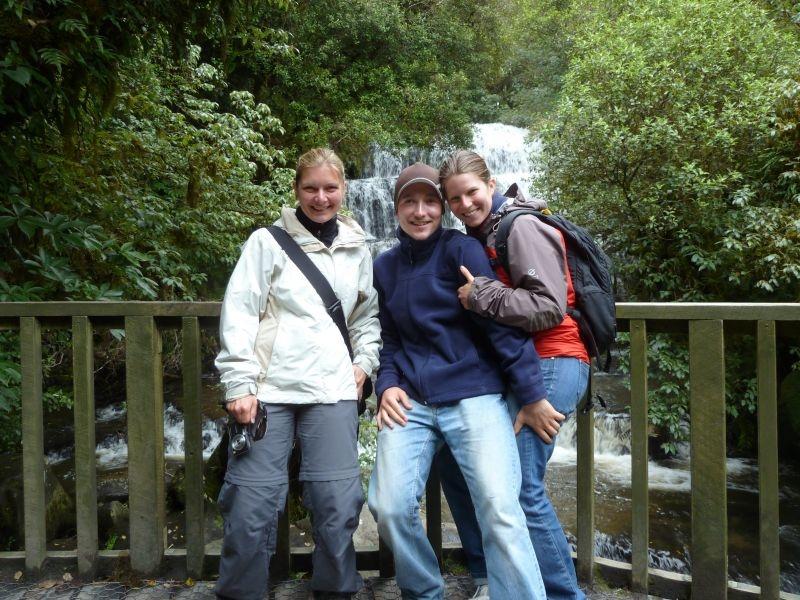 Wir 2 mit Alex aus Muenchen! (im Hintergrund: Purakaunui Falls, Catlins Coast)