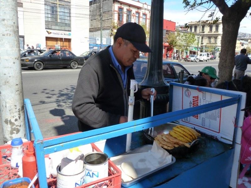 """...hier haben wir uns an der Hauptstrasse """"Pedro Montt"""" einen """"Empanada Queso"""" (Teigtasche mit Kaese) gekauft :)"""