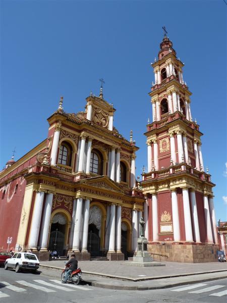 eine maechtige Kirche in Salta - Religion spielt eine grosse Rolle hier
