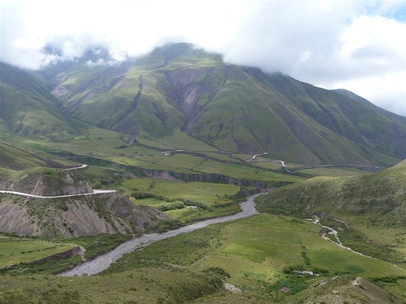 der Blick zurueck auf der Serpentinenstrasse auf 3.500 Meter